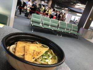 """昭和な旅立ちの体験には、""""立ち食いうどん""""しかない@成田空港"""